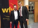 Fifa-Schiedsrichter Knut Kircher ehrt TURA-Jugendleiter Tom Baum